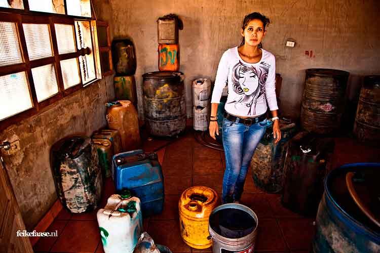 Reisfotografie, vrouw verkoopt benzine vanuit huis in Brazilië- foto door fotograaf Feike Faase