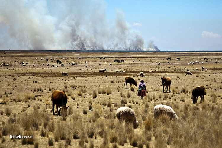 Reisfotografie, landschap met rook vuur aan de horizon- foto door fotograaf Feike Faase
